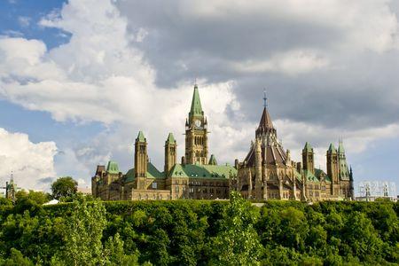 Achteraanzicht van de Canadese Parlement gebouwen zitten bovenop Parlement Hill in Ottawa, Ontario, Canada.