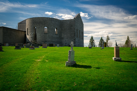 A view of St. Raphael's Ruins national historic site in South Glengarry, Ontario with surrounding graveyard. Standard-Bild