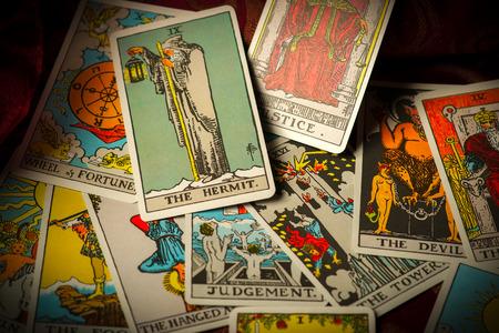rueda de la fortuna: Una pila de cartas de triunfo del tarot involucró, dispersa y sin orden ni concierto organizado. Foto de archivo