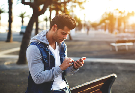 junge nackte frau: Stilvolle Brünette hipster Handy am sonnigen Abend mit, Flare Sonnenschein Lizenzfreie Bilder