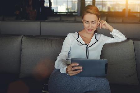 Fiatal, gyönyörű nő olvasás elektronikus könyv az interneten keresztül a digitális tábla pihenve kávézó munka után nap, modern nő néz divat hírek touch pad várva rendet kávézó