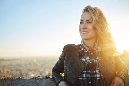 Fiatal, vonzó nő, a jó hangulat és gyönyörű városi táj állva tető épület, hangulatos, mosolygós lány, pihentető csípő után kirándulás során ő csodálatos tavaszi hétvégére