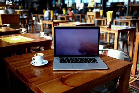 開いているラップトップ コンピューター、情報コンテンツやテキスト メッセージ、インターネットを経由して距離作業用コピー スペース スクリー