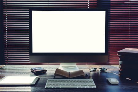 ordinateur bureau: Maquette de bureau à domicile avec des accessoires et des outils de travail, ordinateur pc et tablette numérique avec écran blanc copie espace, la souris et le clavier, vide pavé tactile et des livres, moderne espace de travail indépendant dans le bureau