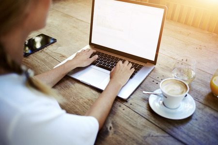 女性の手のカフェ、あなたのテキスト メッセージをコピー スペース画面背景を持つラップトップ コンピューターで作業女性学生で木製のテーブル 写真素材