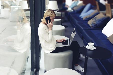 젊은 사업가 현대 커피 숍에서 아침 식사하는 동안 그물 책을 사용하는 여성 사람, 프리랜서 카페의 거리에서 작업, 전면 오픈 노트북 컴퓨터를 앉