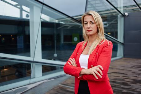 Portret van een succesvolle zakenvrouw op zoek naar vertrouwen