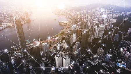 Foto aerea da drone volante di una vista avanzata città di Hong Kong con i più popolari centri finanziari e commerciali. Infrastrutture ben sviluppate per la costruzione di edifici e il trasporto urbano Archivio Fotografico - 76928583