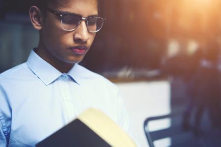 미래의 교과 과정을 작문하기위한 유용한 지식을 얻으 려합니다. 모험 문학 안경의 멋진 스마트 리더