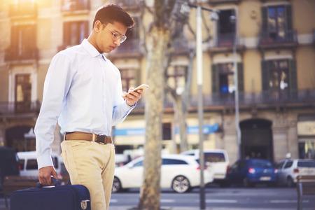 in architectuurstad met behulp van 4G-internetverbinding op mobiele telefoon. Ruimtegebied voor uw reclametekstbericht kopiëren