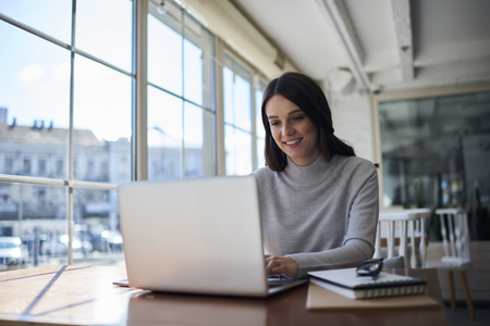 Verbonden met draadloos internet op kantoor, professionele administratief manager die online zakelijke rapportdocumentatie controleert Stockfoto