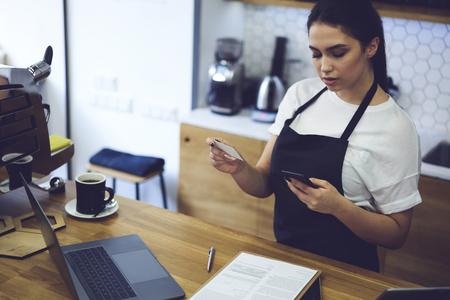 Numero di informazioni di contatto per il gestore amministrativo femminile sul cellulare del fornitore del prodotto per il suo negozio di caffè. Imprenditore giovane donna di affari del ristorante che chiama al servizio di consegna in città