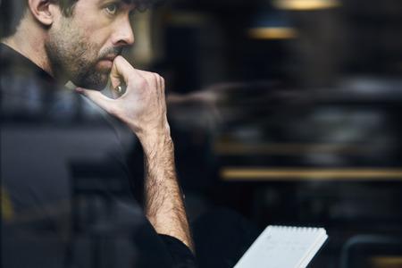 ソリューション ビジネス問題について考えより多くの利益のための新しい面白い企業向上させるコーヒー ショップの思いやりのある所有者の画像をトリミングしました。広告テキスト メッセージ用の領域をコピーします。 写真素材 - 79900944
