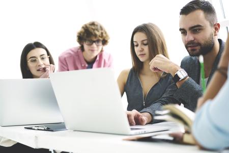현대 랩톱 컴퓨터를 사용하여 팀워크를 성공적으로 만들고 아웃소싱을위한 프로그램을 마무리하기 위해 협력하는 남성과 여성의 IT 개발자 승무원 및