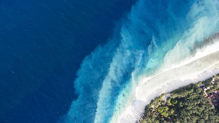 세계에서 가장 아름다운 해변 중 하나의 공중보기 무인 항공기 사진은 엄청나게 아름다운 푸른 물이 매혹적인 그림을 만든다. 해류는 하얀 모래를 가