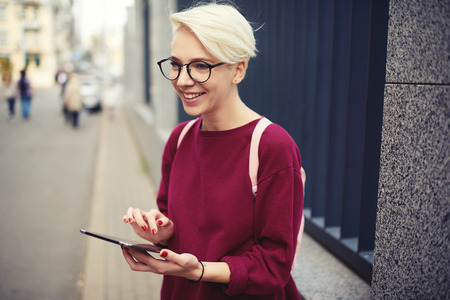 para usar el navegador de aplicaciones en el moderno altavoz conectado a internet en la zona de conexión en la zona de asia que se sienta cerca del espacio de copia para publicidad