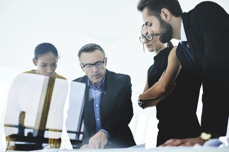 Experiencias líder masculino del grupo de trabajo del arquitecto corrigiendo errores en el proyecto dando consejos y respondiendo a preguntas de los empleados señalando el