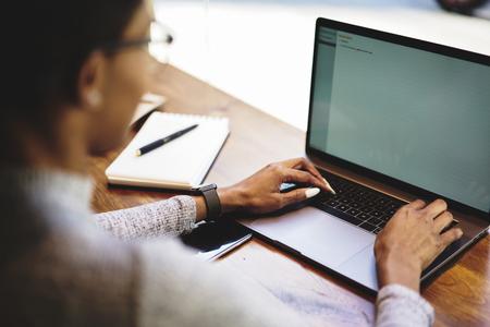 현대 블로거를 통해 공동 작업 요청의 응답을주는 미용 회사에 대한 메시지의 키보드 텍스트 입력 스톡 콘텐츠
