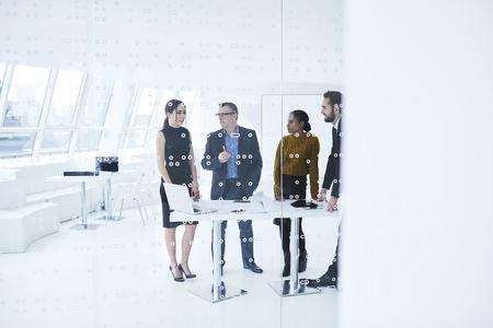 Bemanning van bekwame mannelijke en vrouwelijke bedrijfspartners die tijdens formele vergadering samenwerken die creatieve ideeën bespreken van nieuwe opstarten die technologie gebruiken