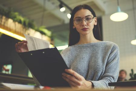 koncentrovaný: Jistě ženská náborář horeca podniku připravena setkat se s kandidátem na volné místo v jejich restauraci sedí u stolu