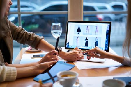 熟練した女性 IT 開発者商社ビジネス中に非公式のウェブサイトの作業のテストがトリミングされた画像 写真素材