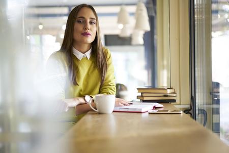 物語の研究に関与している人々 とのインタビューを実施する準備ができて人気の政治ジャーナルの魅力的な女性のポートレートや