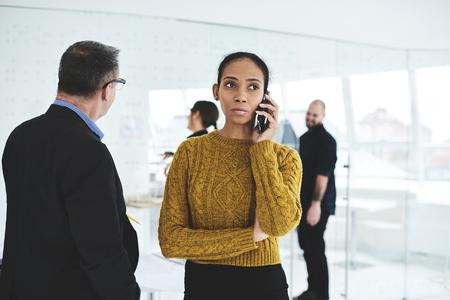 人気ファッション雑誌の仕事特派員と電話の会話を制御するの女性のアフロ ・ アメリカの編集者を経験しました。