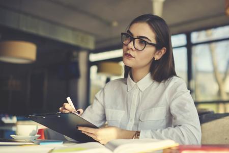 レストランの集中の女性マネージャー監督のものとプランの最も効率的な行政手続のサポート業務