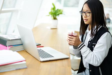 株式会社 IT コーディングとテスト プログラムについてのオンライン セミナーを見て品質管理のための準備の若い熟練女性研修生