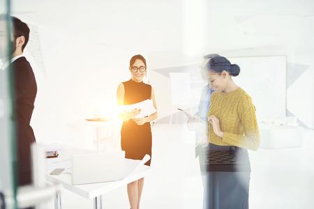 若い魅力的な女性秘書をまとったエレガントなフォーマルな服と眼鏡会社部署のリーダーのためのブランド戦略を提示 写真素材