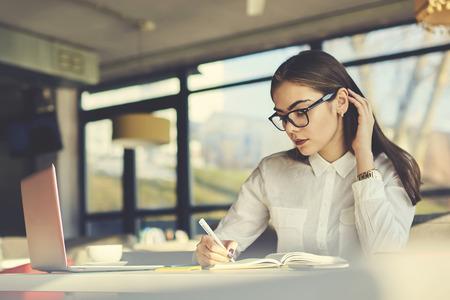 文学小説や待っている組成のスケッチで日記を書くの新しい本に取り組んでいる詩の才能ある女性作家