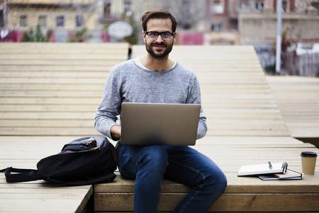 陽気な若い男性ジュニア IT 開発者興奮を感じて新しいソフトウェアのプレゼンテーションの準備に期限前にコーチの複雑