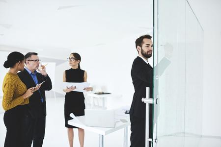 男性と女性の創造的なデザイナーのビジネス センター内部議論のアイデアやオフィスでの非公式会合の中に一緒に協力して、プロジェクトの作成中 写真素材