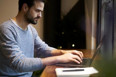 コンセプト レストラン スタートアップ ラップトップ コンピューターとワイヤレス ネットワークを使用してください。 の財務書類の情報データベ