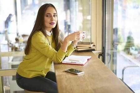 熟練した女性ジャーナリストのルポルタージュの情報を取得するインタビューを実施する準備ができているフリーランスに取り組んでから命令を取