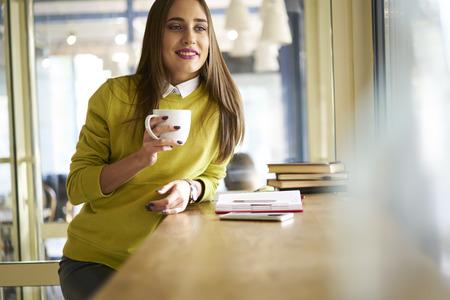 若い魅力的な HR のマネージャーの肖像画アレンジ カフェでミーティングを行う応募者調整のフォロー アップとの最初のインタビュー
