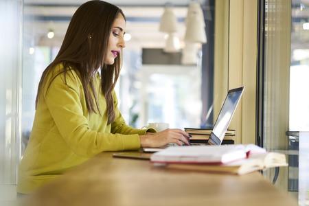 信者の質問に答える人気情報 web サイト メールのチェックの女性コンテンツ マネージャーを集中してください。
