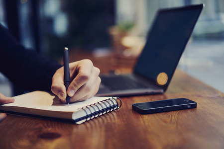 Bijgesneden afbeelding van mannelijke schrijver van teksten en artikelen die werken aan de creatie van een nieuwe voor internet media-kwestie werken op freelance in vrije tijd Stockfoto