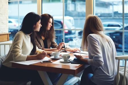 ビジネス (株) 作成のコンセプト戦略スタートアップを議論するための女性のプロジェクト マネージャーの乗組員を集中してください。