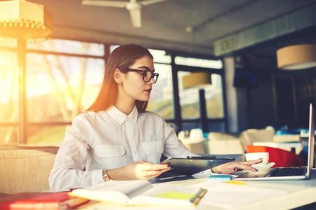 クライアントを誘致し、収入を増加する熟練した女性プロジェクト マネージャー再レストラン ビジネスのブランディングのクリエイティブな解決策