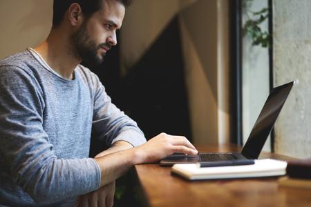 カフェでワイヤレス インター ネットに接続されているラップトップ コンピューターを使用して収入をカウント サービスに対するお支払い銀行オン 写真素材