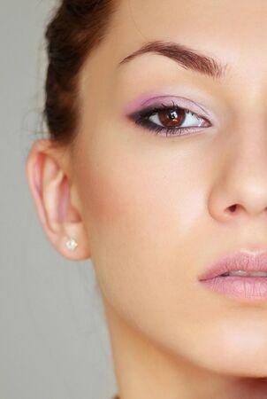 Ritratto di mezza faccia della ragazza bruna Archivio Fotografico