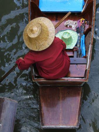 �ber Wasser: Frau in einem Boot in Asien