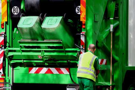 reciclar basura: Cami�n de basura y los trabajadores de cuello azul