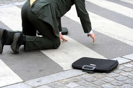 통로: Businessman falling in the street on a crossing passage (model)