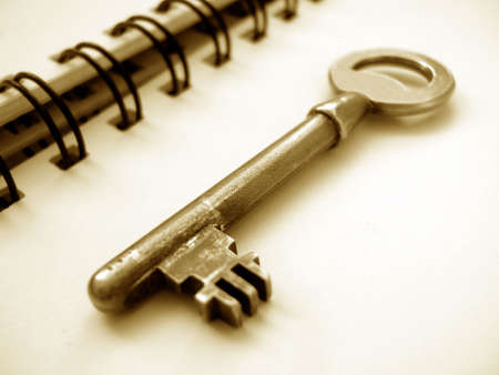 housing search: Chiave su un notebook con spirali