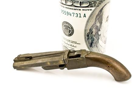 flint gun: Pistola antigua con billete de cien d�lares aislado en blanco Foto de archivo
