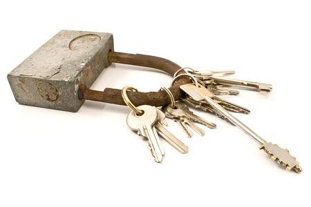 doorkey: Lucchetto come portachiavi con diverse chiavi isolato su bianco