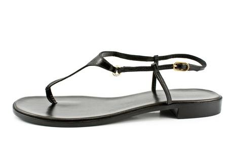 블랙 가죽 여성 샌들 신발은 흰색에 고립
