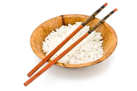 쌀과 흰색에 고립 된 젓가락 대나무 그릇